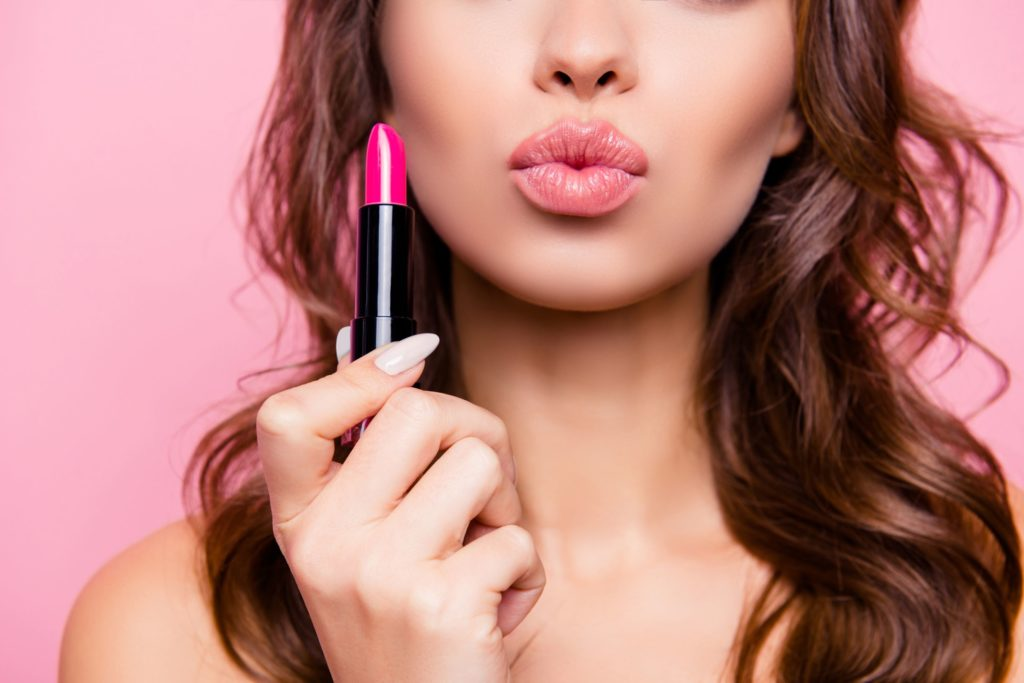 Bold pink lips for this kissing woman's makeup routine